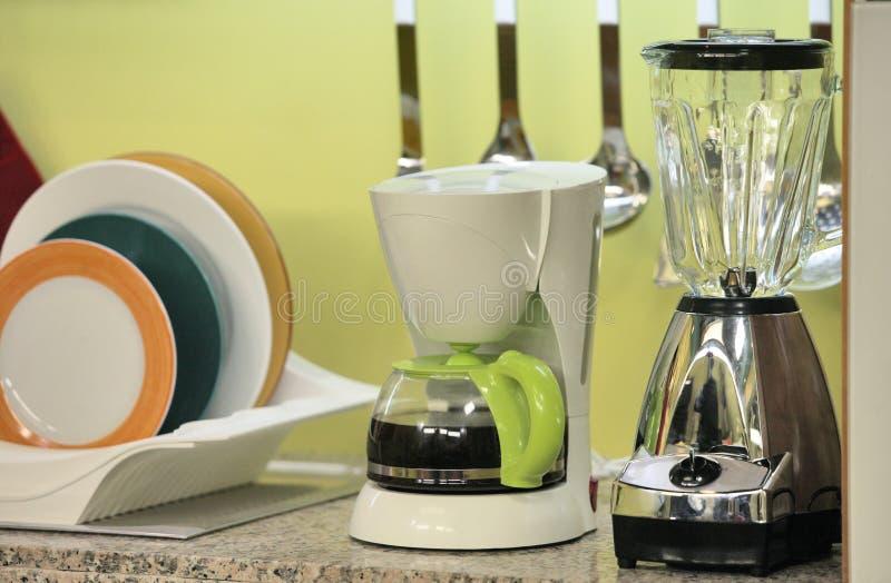 Kök med kaffebryggare- och fruktpress royaltyfria foton