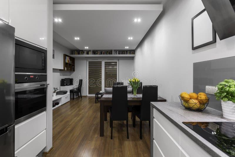 Kök med vardagsrum arkivfoton