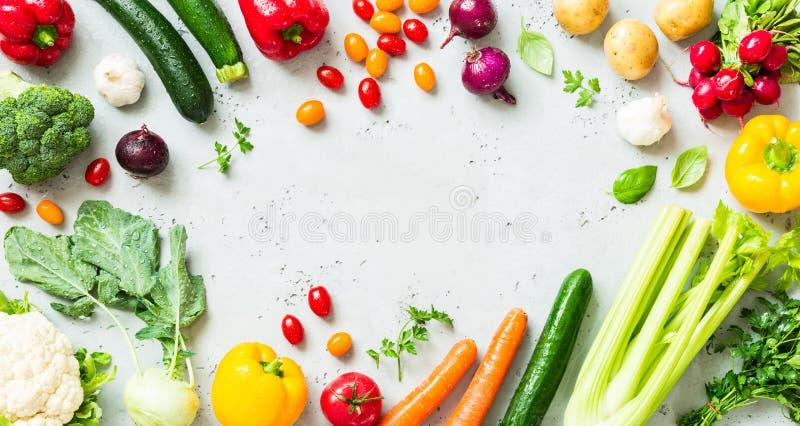 Kök - nya färgrika organiska grönsaker på worktop arkivfoto