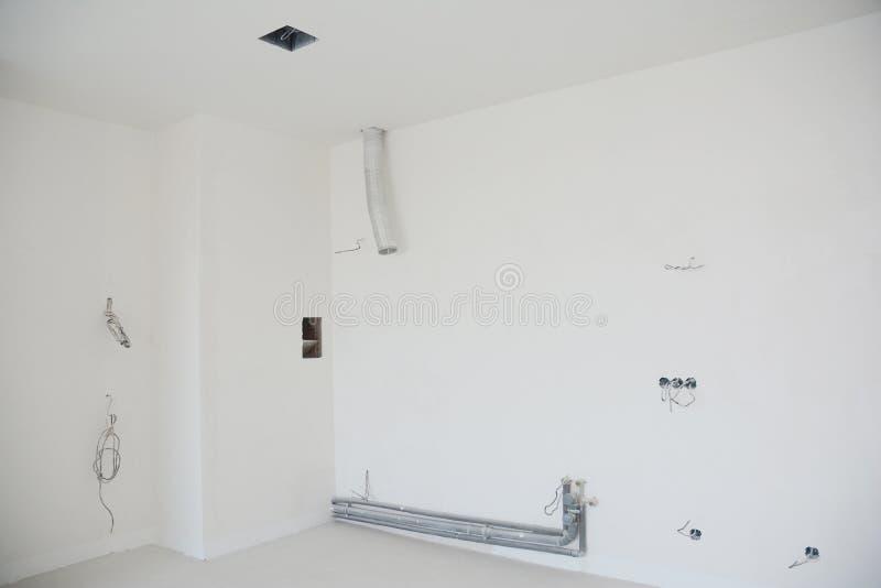 Kök som omdanar inre med installation av ventilationssystemet, ventilationsrör, kanal, fan, vattenrör, uttagproppar royaltyfri bild
