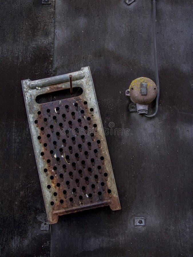 Kökhjälpmedel bredvid en ljus strömbrytare Härligt stillebenfotografi arkivbilder