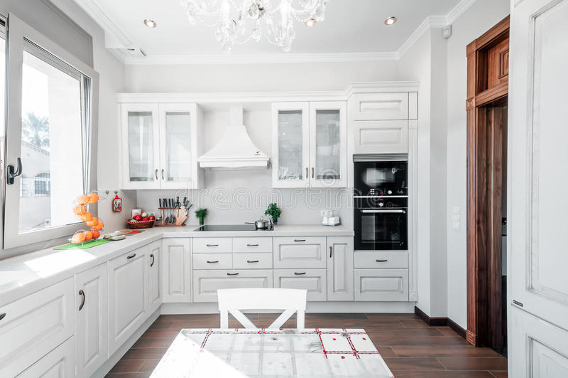 Kökinre i nytt lyxhem med handlag av retro modernt royaltyfri foto