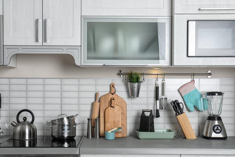 Kökinre med det rena cookware- och maträttkabinettet royaltyfri foto