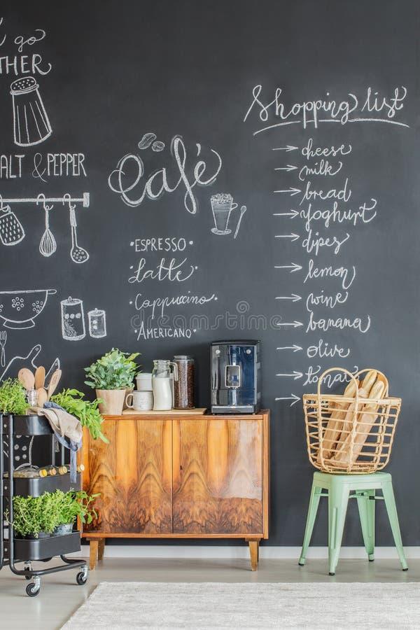 Kökinre med kaffebryggaren royaltyfria foton