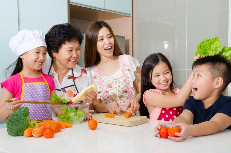 Köklivsstil av den asiatiska familjen fotografering för bildbyråer