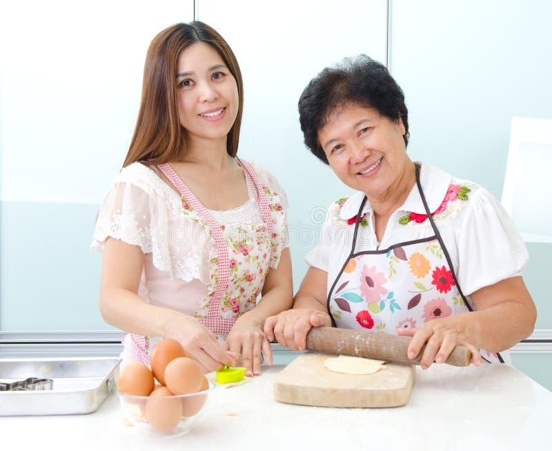 Köklivsstil av den asiatiska familjen arkivbild