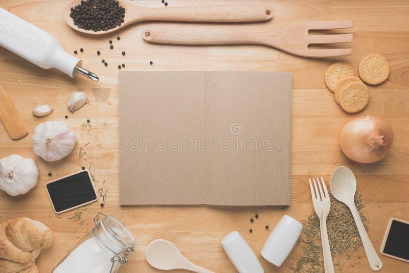 Kökmodell för bästa sikt, lantlig köksgeråd på trätabellen arkivbilder