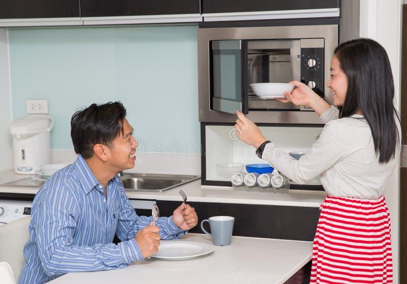 Kökrum med den asiatiska familjen arkivbild