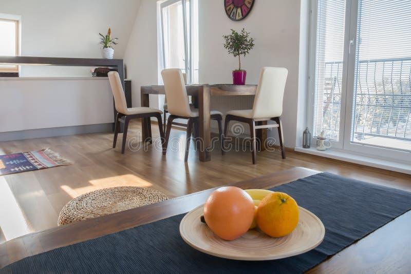 Köksbord i modern lägenhet fotografering för bildbyråer