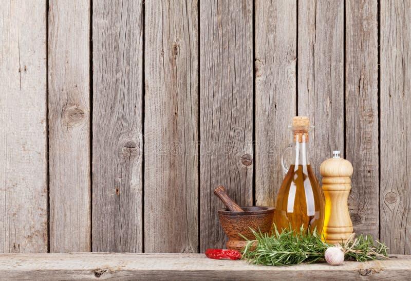 Köksgeråd, örter och kryddor på hylla royaltyfri fotografi
