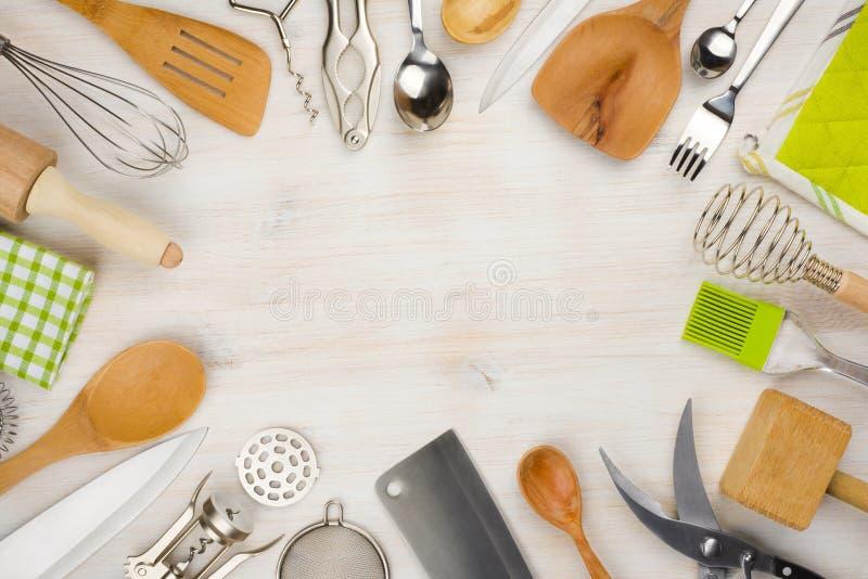 Köksgeråd och bestickbakgrund med kopieringsutrymme i mitt royaltyfri foto