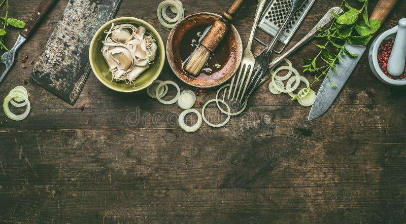 Köksgeråd på lantlig träbakgrund med ny smaktillsats, enkel marinad för BBQ, bästa sikt kopiera avst?nd fotografering för bildbyråer
