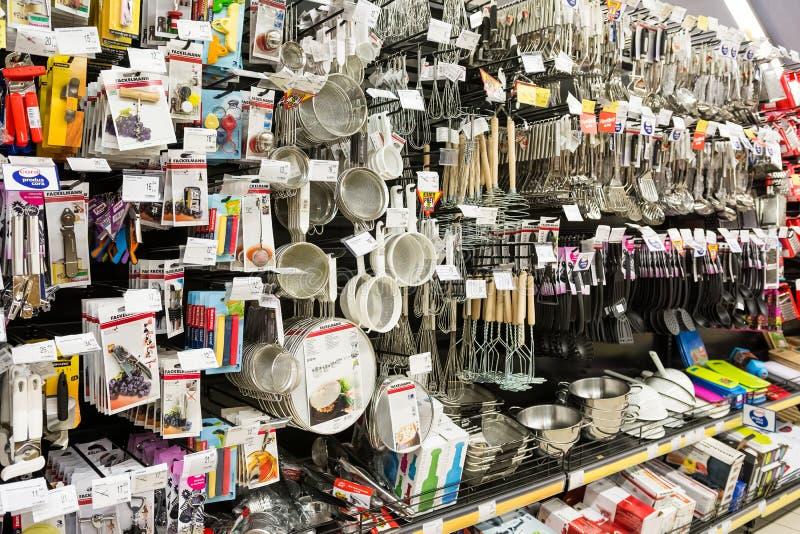 Köksgeråd på supermarkethylla royaltyfria bilder