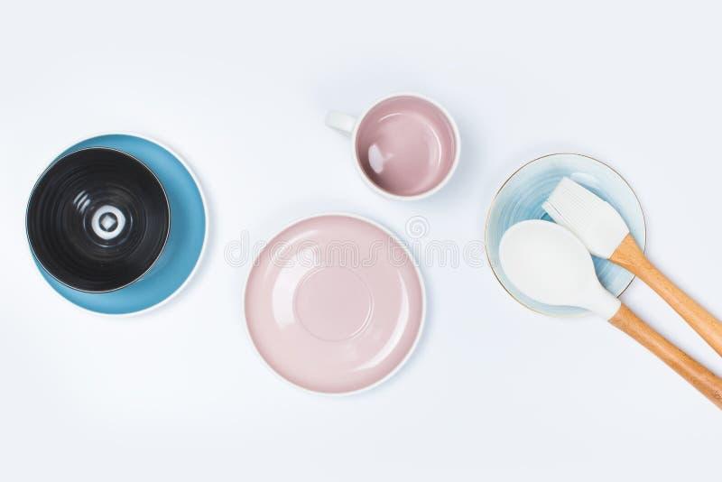 Köksgeråd ren disk på vit bakgrund royaltyfri foto