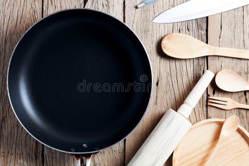 Köksgeråd träsked på gammal wood tabellbakgrund med fotografering för bildbyråer