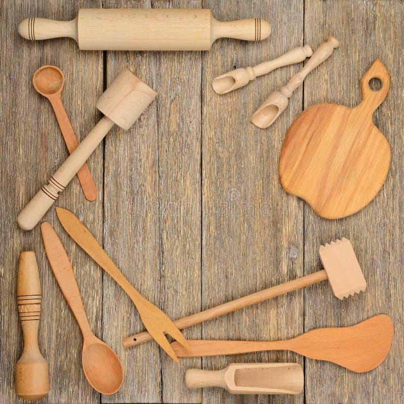 Kökskedar pläterar dela sig träredskap, mortelstöten på en tabell royaltyfria foton
