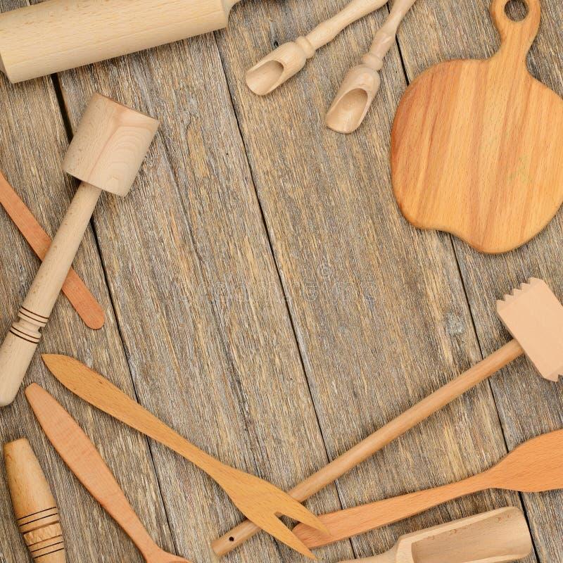Kökskedar pläterar dela sig träredskap, mortelstöten på tabellmor royaltyfria foton