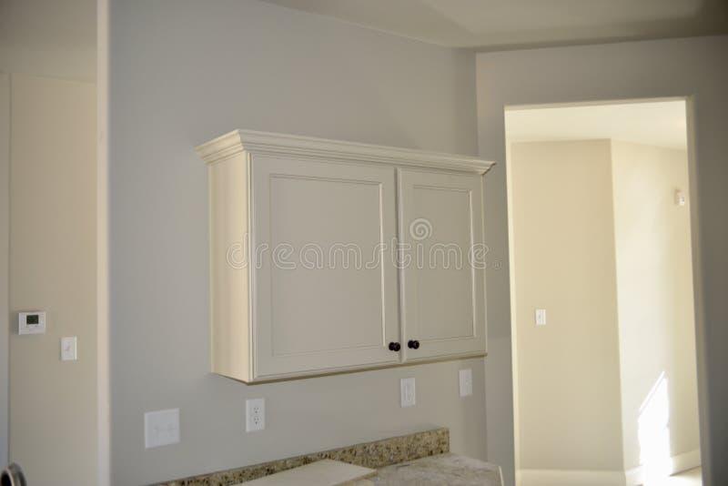 Köksskåp färdiga i vit målarfärg royaltyfria foton