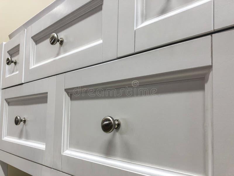 Köksskåp färdiga i vit målarfärg arkivfoto