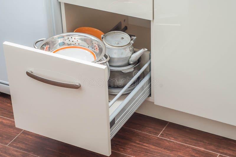 Köksskåp som är beigea med closers arkivfoton
