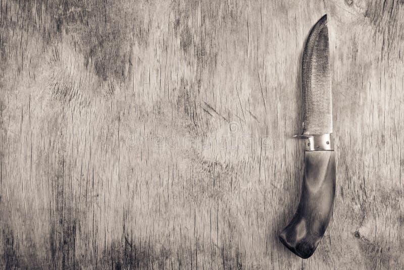 Kökstålkniv med trähandtaget på träbräde kopiera avstånd royaltyfria foton