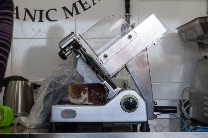 Kökutrustning: Mekanisk stålköttförskärare arkivfoto