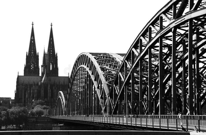 Köln-Brücke und Kathedrale (B&W) stockbild