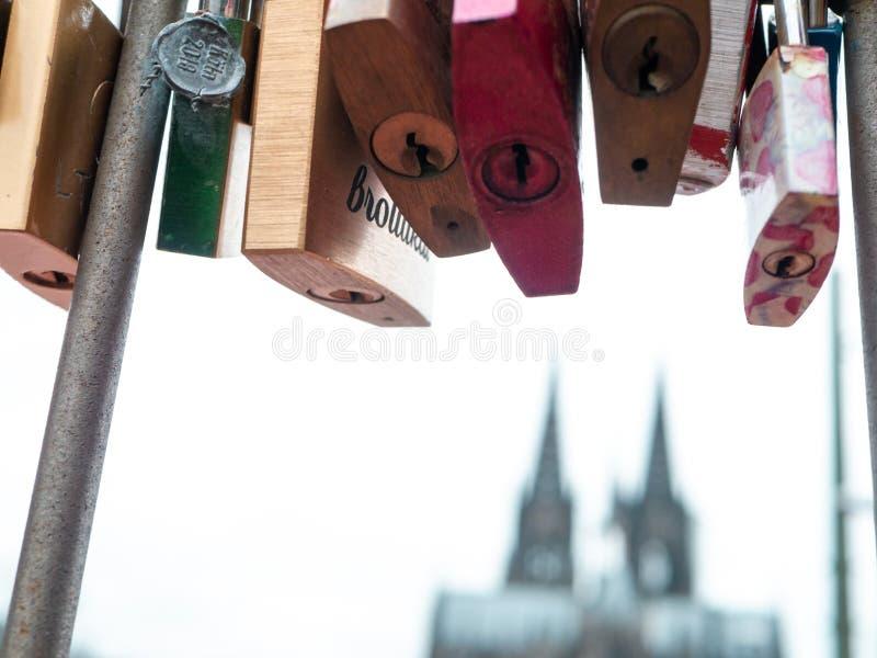 KÖLN, DEUTSCHLAND - 6. DEZEMBER 2018 Liebesverschlüsse an Hohenzollern-Brücke in Köln, Deutschland Köln-Kathedrale im Hintergrund stockbilder