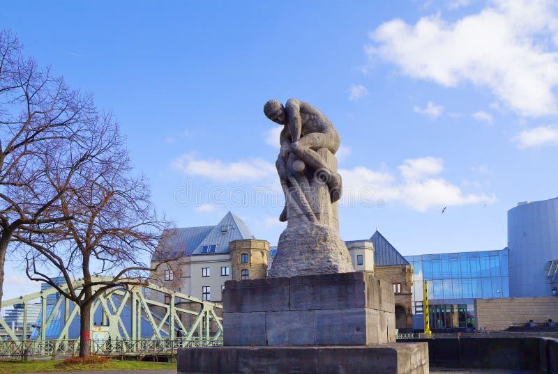Köln, Deutschland, ein Monument zu ` Swarovski-` Skulptur auf der Ufergegend gegen das Schokolade Museum stockfotografie