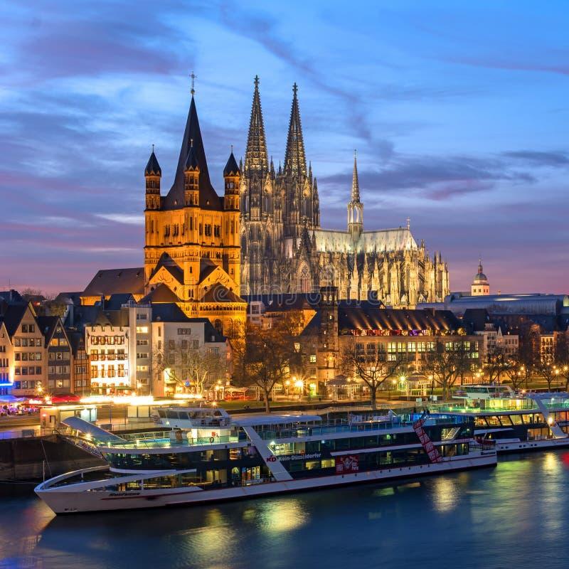 Köln, Deutschland - 22. Januar 2017: Ansicht-Kirche von grobem St Martin , die Kathedrale und die Rhein-Promenade lizenzfreie stockbilder