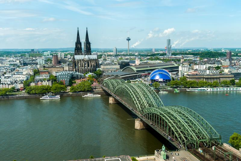 Köln Dom und Bahnbrückeskyline lizenzfreies stockbild