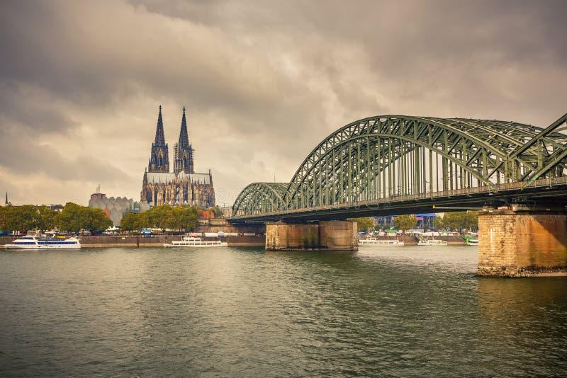 Köln-Kathedrale und Hohenzollern Brücke, Deutschland lizenzfreies stockfoto