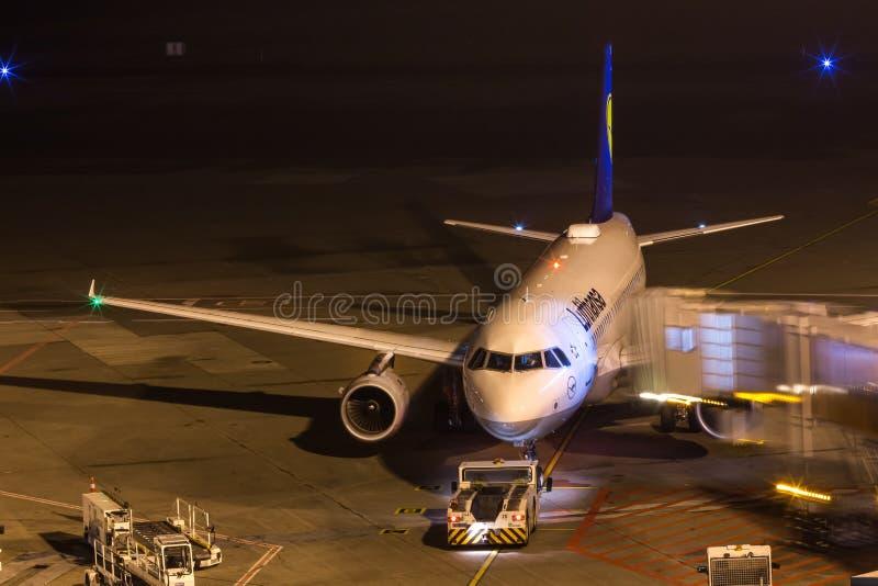 Köln, Nordrhein-Westfalen/Deutschland - 26 11 18: Lufthansa-Flugzeug an Flughafen Cologne Bonn Deutschland nachts lizenzfreie stockfotografie
