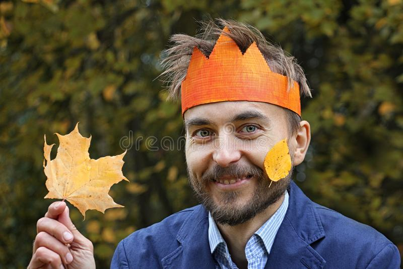 König des Falles Lustiger bärtiger Mann in der Papierkrone mit gelbem L stockfotografie