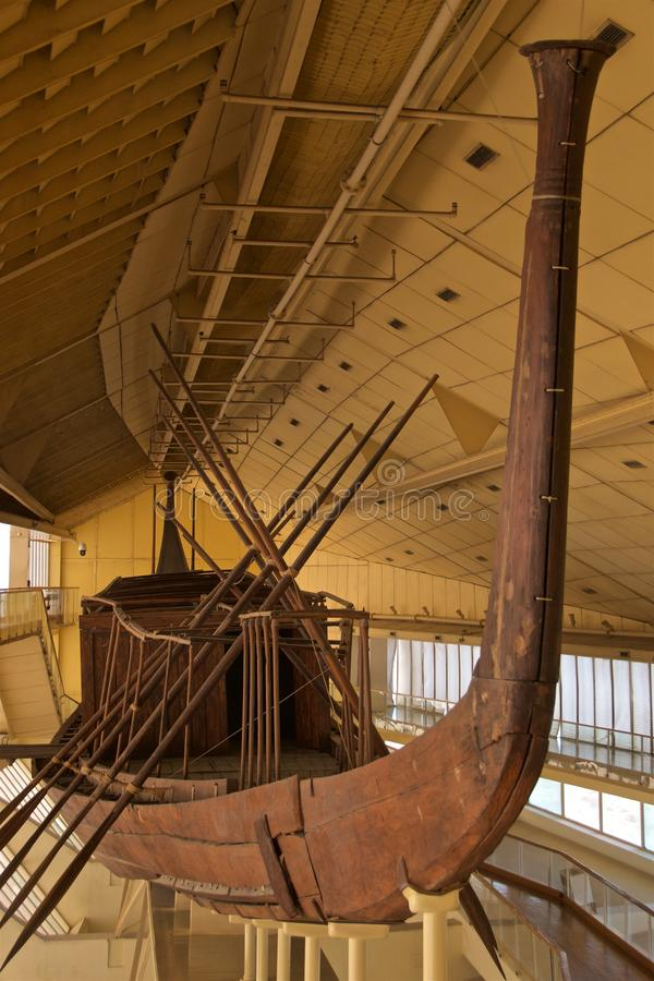 König Khufu Solar Boat angezeigt im Museum in Giseh, Ägypten stockfoto