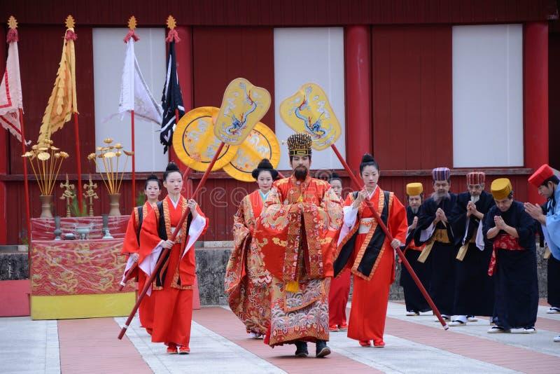 König und Königin im Festival von Shuri ziehen sich zurück lizenzfreie stockbilder