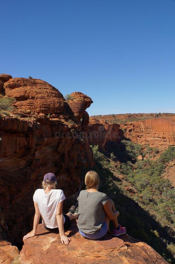 KÖNIGE CANYON, AUSTRALIEN am 5. Mai 2015: die enyoing Ansicht der jungen Frauen der Könige Canyon, Nationalpark Watarrka, Nord lizenzfreie stockbilder