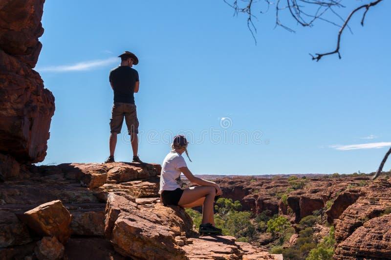 KÖNIGE CANYON, AUSTRALIEN am 5. Mai 2015: junge Frauen und enyoing Ansicht des Mannes der Könige Canyon, Nationalpark Watarrka stockbilder