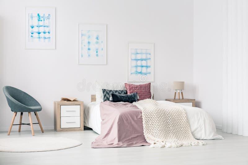 Königgrößenbett im Schlafzimmer stockfotografie