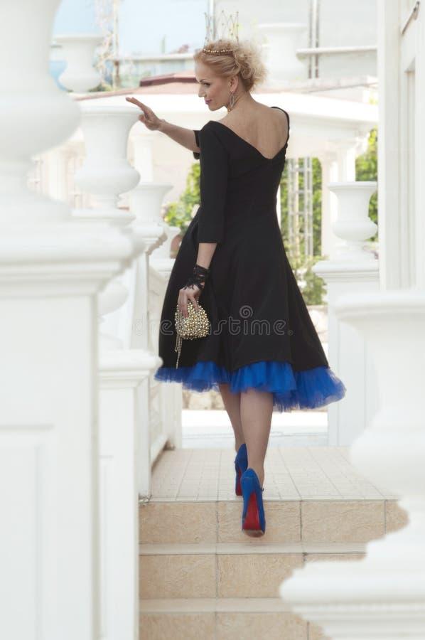 Königin in einem schwarzen Kleid lizenzfreies stockbild