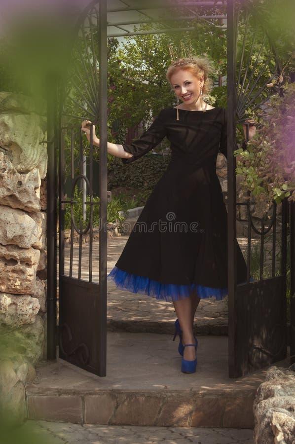 Königin in einem schwarzen Kleid lizenzfreie stockfotos