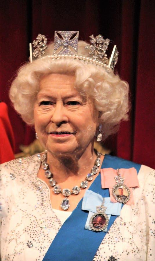 Königin Elizabeth, London, Vereinigtes Königreich - 20. März 2017: Königin Elizabeth II Wachsfigurwachsfigur mit 2 Porträts am Mu lizenzfreie stockfotos
