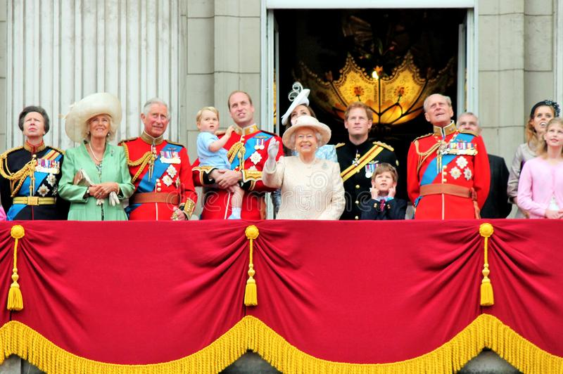 Königin Elizabeth u. Prinz Harry George William, Kate u. Charles Sich sammeln die Farbe London 2015 Großbritannien stockfotografie