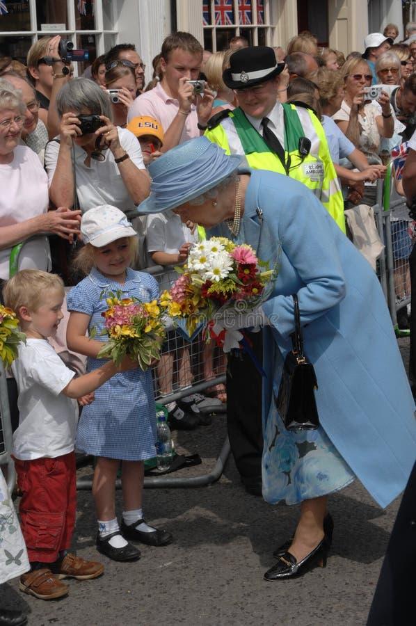 Königin Elizabeth und Kinder stockbild