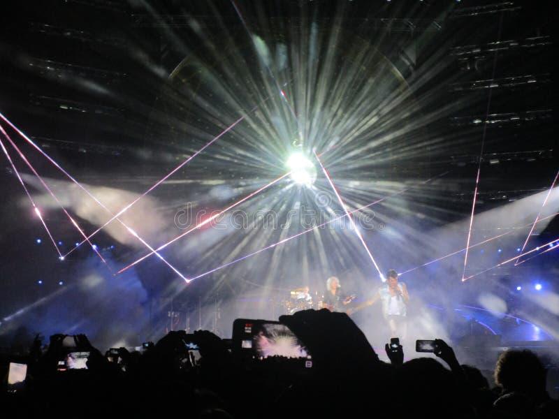 Königin und Adam Lambert beraten sich Leute über notierenden Smartphone lizenzfreie stockfotos