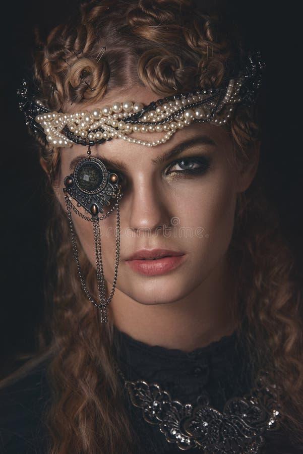 Königin von Dunkelheit im schwarzen Fantasiekostüm auf dunklem gotischem Hintergrund Hautecouture-Schönheitsmodell mit dunklem Ma stockbild