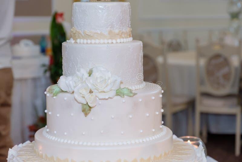 Königliche Hochzeitstorte mit Kerze lizenzfreie stockbilder