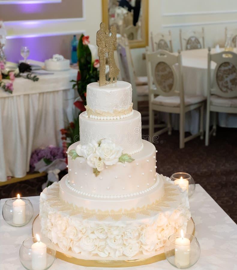 Königliche Hochzeitstorte mit Kerze stockfoto
