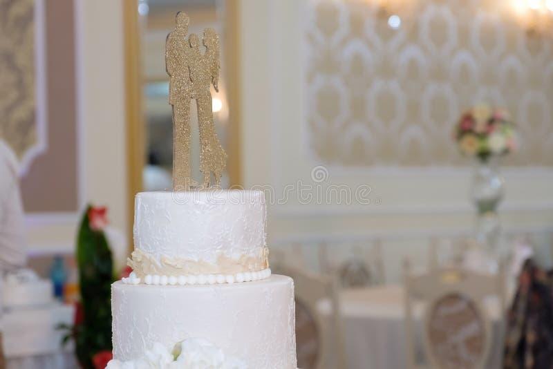 Königliche Hochzeitstorte mit Kerze lizenzfreies stockfoto