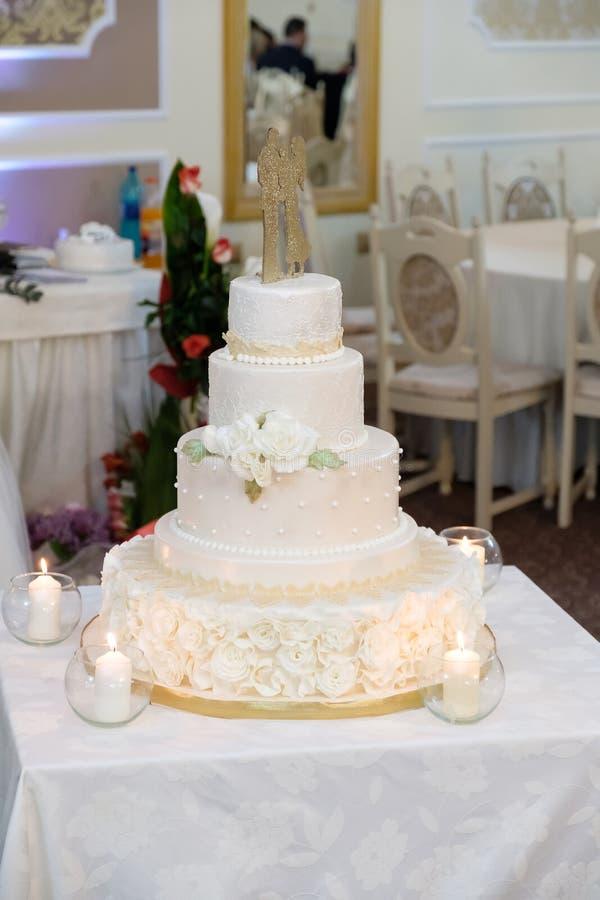 Königliche Hochzeitstorte mit Kerze stockbilder
